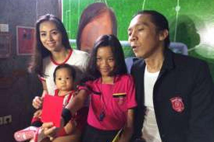 Bimbim, drummer Slank, mengadakan jumpa pers mengenai perayaan ulang tahun pertama anak bungsunya, Maomettano Luke Almachzumi, di Markas Slank, Jalan Potlot III, Duren Tiga, Jakarta Selatan, Jumat (4/11/2016). Ia ditemani keluarganya.