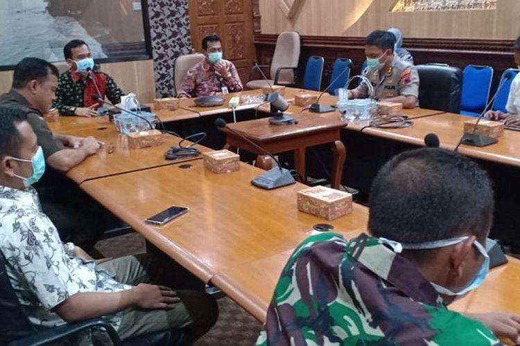 Bupati Batang Wihaji bersama Forkopimda melakukan rapat koordinasi terkait penanganan covid-19.