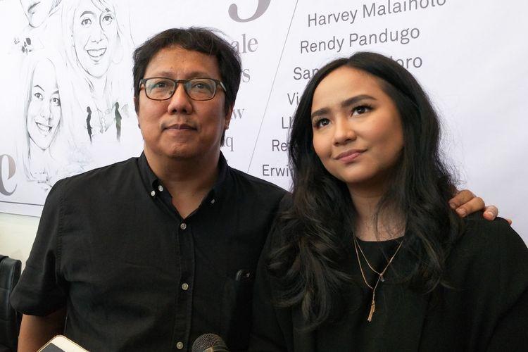 Komposer Erwin Gutawa bersama putrinya, penyanyi Gita Gutawa dalam jumpa pers Konser Salute to 3 Female Songwriters: Melly Goeslaw, Dewiq, Dee Lestari di The Elements, Rasuna Said, Jakarta Selatan, Selasa (8/1/2019).