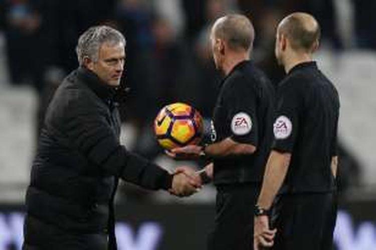 Manajer Manchester United, Jose Mourinho, bersalaman dengan wasit Mike Dean seusai laga Premier League kontra West Ham United, di Stadion London, Senin (2/1/2017) waktu setempat.