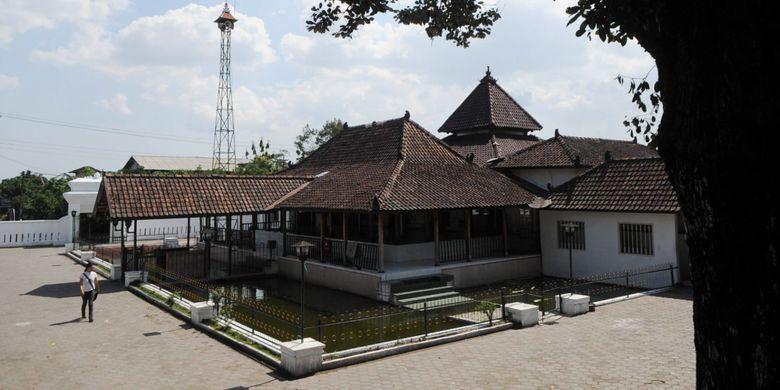 Masjid Pathok Negara Ploso Kuning yang dibangun sekitar tahun 1724 hingga 1792 di Kelurahan Minomartani, Kecamatan Ngaglik, Kabupaten Sleman, DI Yogyakarta, masih berdiri kokoh, Jumat (10/10). Masjid tersebut merupakan satu-satunya masjid pathok negara yang masih terjaga keasliannya.