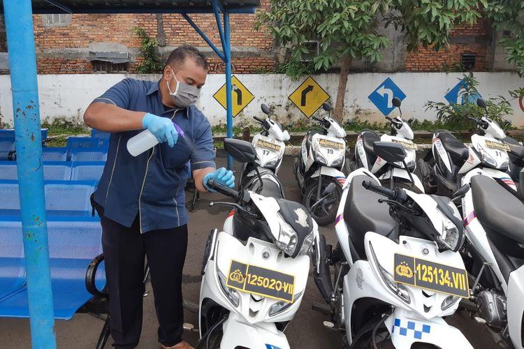 Seorang petugas tengah membersihkan fasilitas pengujian di Satpas SIM untuk mencegah penyebaran virus corona.