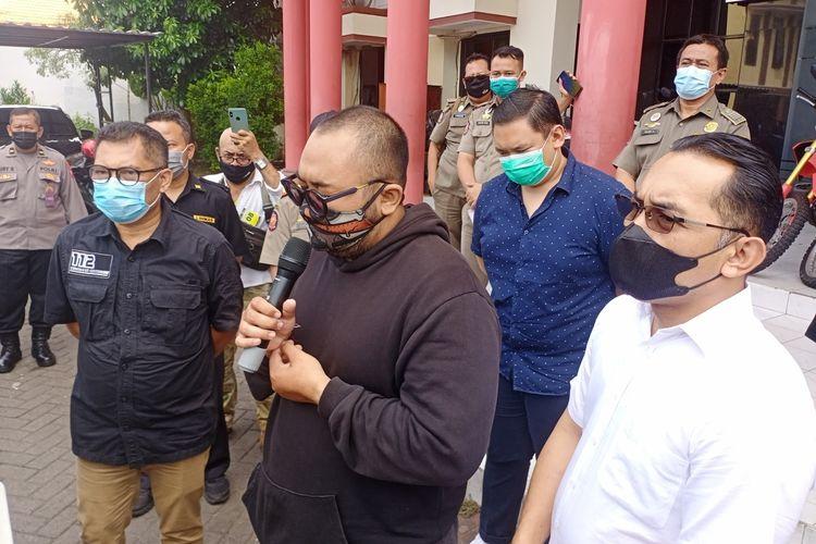 Putu Aribawa, pelaku pengumpat pengunjung lain di salah satu mal di Surabaya karena pakai masker ditangkap Satreskrim Polrestabes Surabaya, Selasa (4/5/2021).