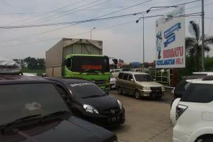 arus kendaraan yang mengular di pintu keluar tol Pejagan, Jumat (25/12/2015)