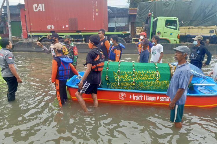 Jenazah kakek 69 tahun dibawa oleh warga menggunakan keranda yang dinaikkan ke perahu karet di Kelurahan Trimulyo, Kecamatan Genuk, Semarang pada Jumat (26/2/2021).