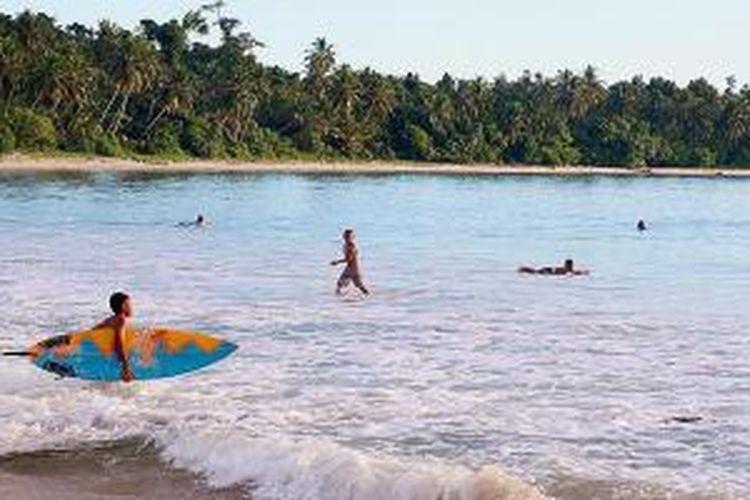 Warga menikmati Pantai Mapadegat di Desa Mapadegat, Kecamatan Sipora Utara, Kabupaten Kepulauan Mentawai, Sumatera Barat, Senin (20/4/2015). Kepulauan Mentawai memiliki potensi wisata yang sangat besar. Selain kawasan pantai, daerah ini juga memiliki ratusan titik ombak yang 73 di antaranya berstandar internasional, taman bawah laut yang memesona, serta kearifan lokal dari suku asli Mentawai.