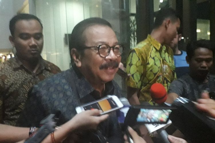 Mantan Gubernur Jawa Timur Soekarwo memberikan pernyataan kepada wartawan usai diperiksa KPK di Gedung KPK untuk diperiksa sebagai saksi  dalam kasus suap Ketua DPRD Tulungagung, Rabu (28/8/2019).