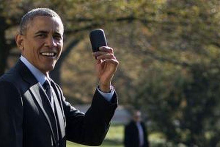 Presiden AS Barrack Obama menunjukkan smartphone BlackBerry miliknya yang sempat tertinggal di Gedung Putih