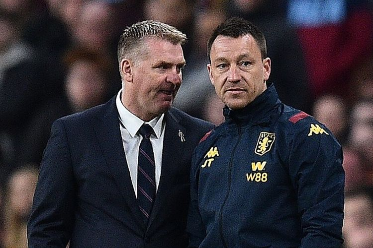Pelatih kepala Aston Villa Inggris, Dean Smith (kiri) dan asisten manajer Aston Villa Inggris John Terry menyaksikan para pemain dari touchline selama pertandingan sepakbola final Piala Liga Inggris antara Aston Villa dan Manchester City di stadion Wembley di London pada 1 Maret 2020.