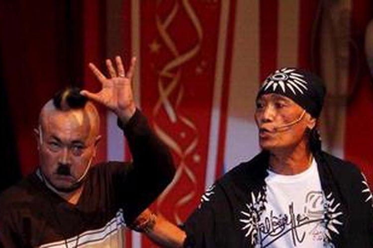 Gogon (kiri) dan Tessy tampil dalam acara Syukuran Kelompok Kompas Gramedia 2012 di Istora Senayan, Jakarta, Rabu (1/2/2012).
