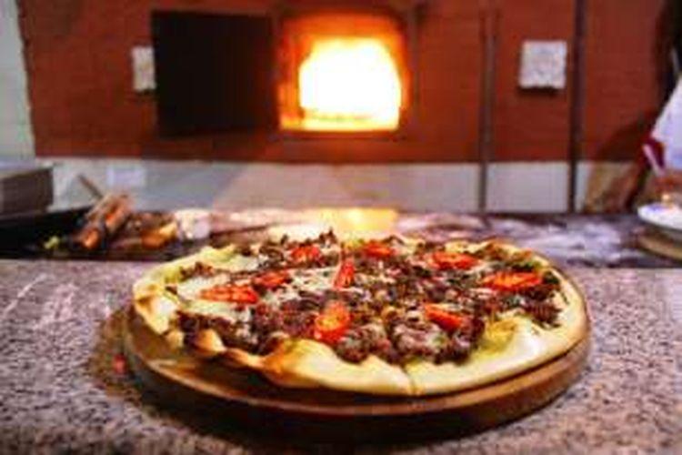 Pedasnya sensasi Italian Pizza Rendang, pergabungan antara western food dengan kuliner Rendang Indonesia, di Citrus Resto Novotel Semarang.