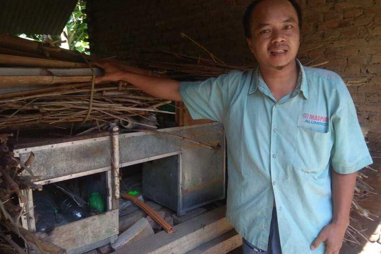 Sujono penjual pentol keliling di Pondok Pesantren Temboro Magetan terpaksa menjual blender yang dimilikinya karea tak lagi mempunyai uang untuk membeli beras setelah kasawan pondok ditutup karena pandemic covid 19.