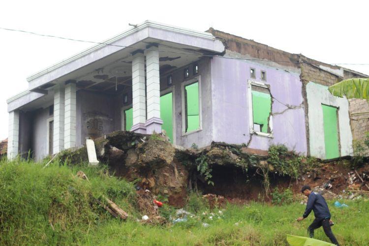 Kondisi salah satu rumah warga di Desa Batulawang, Cianjur, yang rusak akibat tergerus pergerakan tanah.