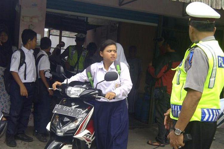 Beberapa siswa yang terjaring rasia saat mengeluarkan motor dari kantong-kantong parkir diluar sekolah