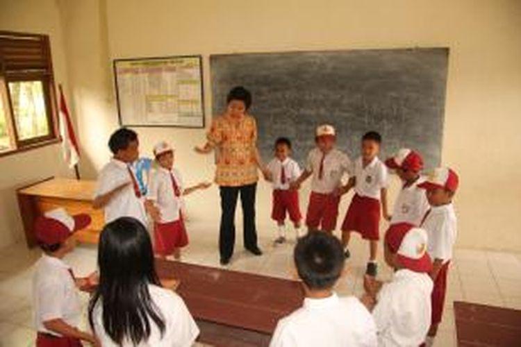 Ilustrasi: Untuk menjangkau anak usia sekolah di daerah tersebut, Ditjen Dikti menyelenggarakan program Pendidikan Guru 3T (PG3T), yaitu anak-anak dari 3T diberi beasiswa di Lembaga Pendidikan Tenaga Kependidikan (LPTK). Setelah lulus, mereka kembali lagi ke daerahnya untuk menjadi guru profesional.