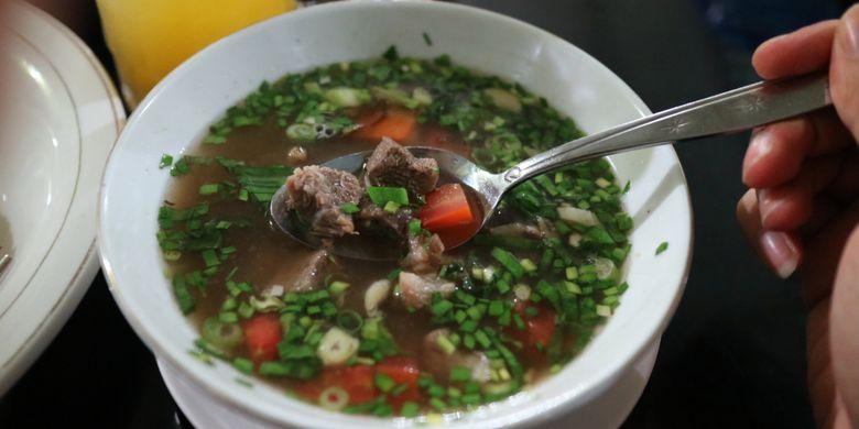 Berbeda dengan empal gentong, hidangan ini disebut empal asem, yang juga merupakan kuliner khas Cirebon, di Sate Kambing Muda Haji Apud.