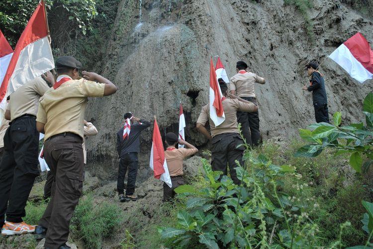 Komunitas pecinta alam asal Kabupaten Grobogan, Jawa Tengah yang tergabung dalam Scout Adventure Community (SAC)mengibarkan bendera merah putih di puncak perbukitan Kendeng Utara wilayah Desa Sedayu, Kecamatan Grobogan, Selasa (17/8/2021).