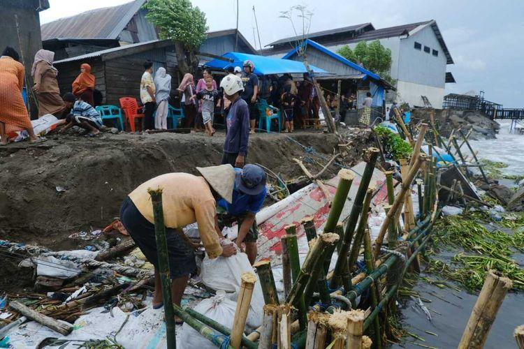 Gubernur Sulsel, Nurdin Abdullah meninjau abrasi di sepanjang Pantai Galesong, Kabupaten Takalar, Selasa (7/1/2020).