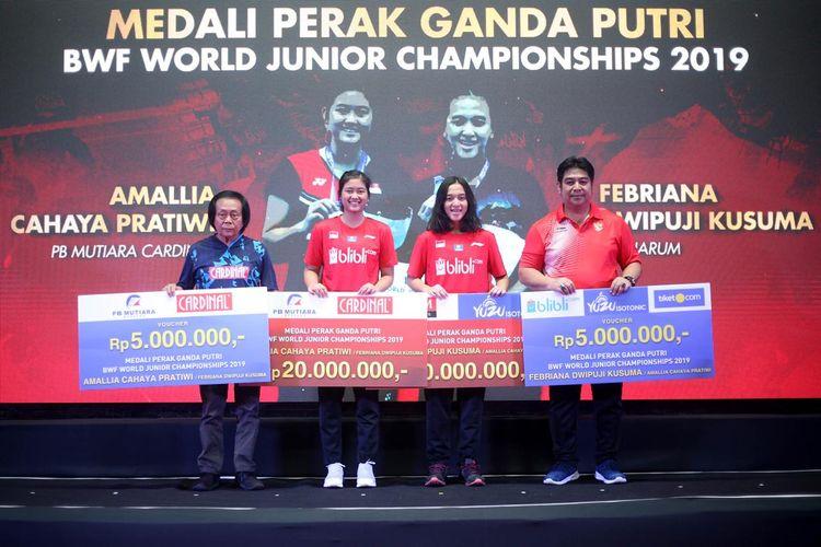 Para peraih medali pada turnamen BWF World Junior Championships 2019 yang diberi penghargaan oleh PB Djarum di di GOR Djarum, Magelang, Jawa Tengah, pada Jumat (18/10).