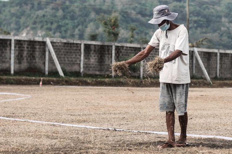 Pekerja menanam rumput di pusat latihan PS Sleman di Lapangan Macanan, Sleman, pada Kamis (1/7/2021).