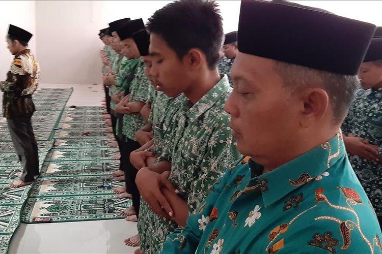 suasana Shalat Ghaib untuk KH Maimoen Zubair di SMK NU Kesesi Kab Pekalongan Jawa Tengah.