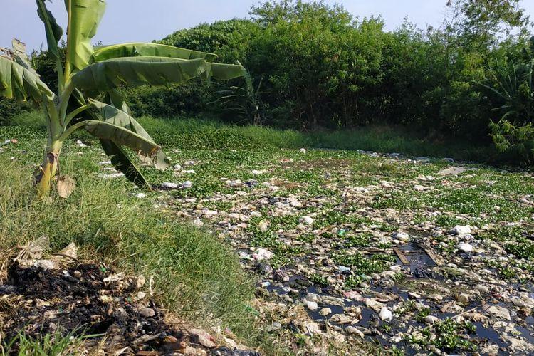 Kali Pisang Batu di Kecamatan Tarumajaya, Kabupaten Bekasi kembali dipenuhi sampah.