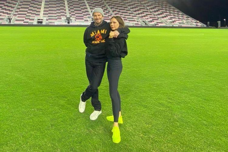 Desainer Victoria Beckham mengunggah foto dirinya bersama sang suami, David Beckham dan menyertakan keterangan foto yang mengajak masyarakat lebih mencintai orang-orang terdekat di masa kritis penyebaran virus corona ini.