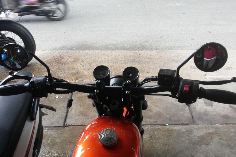 Model setang sepeda motor modifikasi bergaya scrambler di bengkel Clacustique, Depok, Senin (19/2/2018).