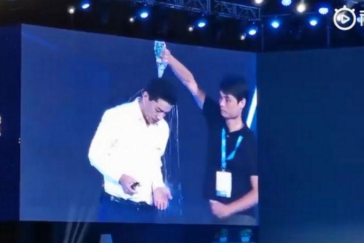 Inilah momen ketika CEO Baidu Robin Li Yanhong disiram kepalanya dengan air oleh seorang pria ketika membuka konferensi di Beijing, China.