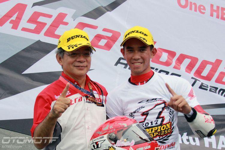 Gerry Salim (kanan), pebalap Astra Honda Racing Team (AHRT), bersama Presiden Direktur Astra Honda Motor Toshiyuki Inuma.