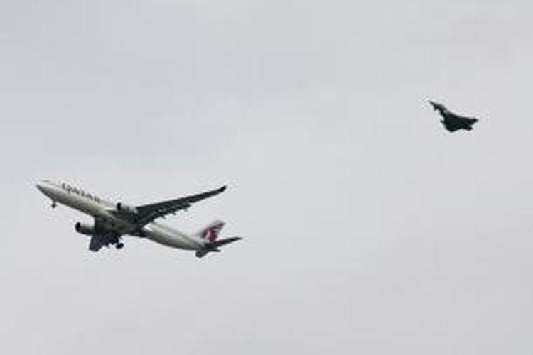 Sebuah pesawat jet jenis Typhoon milik AU Inggris mengawal Airbus A330 milik Qatar Airways yang melakukan pendaratan darurat di bandara internasional Manchester setelah mendapat ancaman bom.