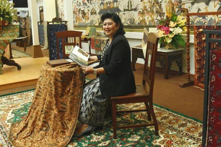 Istri mantan Presiden Susilo Bambang Yudhoyono, Ibu Ani Yudhoyono, berpose di stan yang memajang koleksi kain batiknya di pameran Gelar Batik Nusantara 2015, di Jakarta Convention Center, Senayan, Jakarta, Rabu (24/6/2015). Acara yang diikuti ratusan pengusaha, penjual dan perajin batik ini akan berlangsung hingga 28 Juni.
