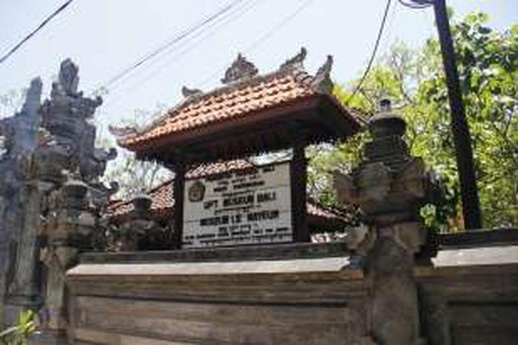 Bangunan Museum Le Mayeur dilihat dari sebelum pintu masuk. Museum Le Mayeur terletak di Jalan Hang Tuah, Sanur Kaja, Denpasar Selatan, Kota Denpasar, Bali.