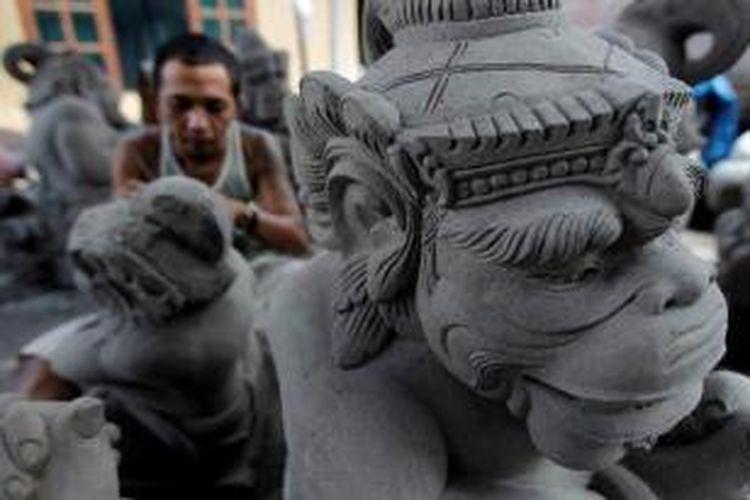 Perajin patung menyelesaikan pembuatan patung cetak di Batubulan, Kecamatan Sukawati, Gianyar, Bali, Minggu (8/5/2011). Batubulan dan Singapadu di Kecamatan Sukawati menjadi sentra pembuatan patung khususnya dari bahan campuran semen dan batu paras serta batu padas. Patung-patung tersebut diekspor hingga ke mancanegara.