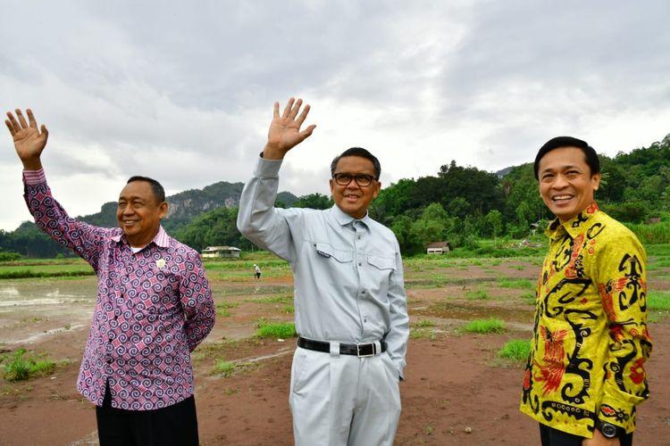 Gubernur Sulawesi Selatan Nurdin Abdullah saat meninjau pembangunan jalan Bua-Rantepao bersama Kepala Dinas Pekerjaan Umum dan Penataan Ruang Sulsel, Rudy Djamaluddin dan Bupati Toraja Utara, Kalatiku Paembonan, Minggu (8/3/2020).