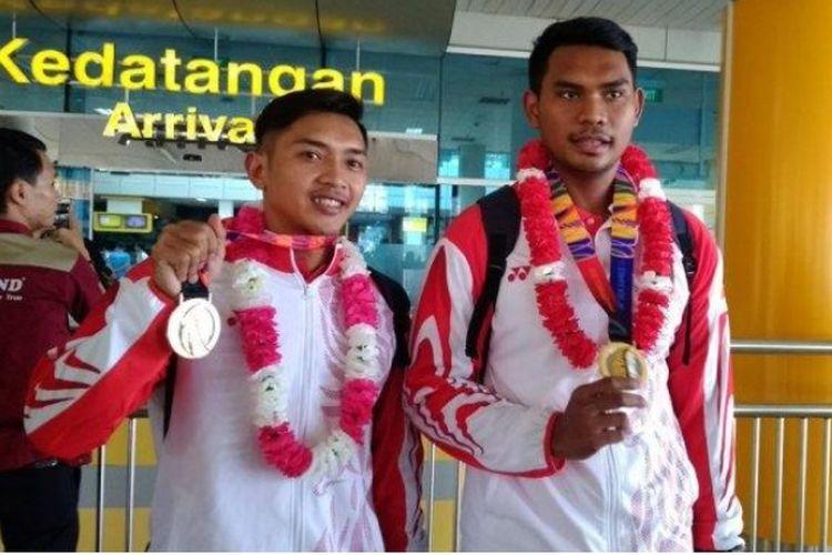 Rian Rinaldo (kiri) dan Yusuf Budiman (kanan) atlet polo air Jambi saat kepulangan dari SEA Games 2019 di Bandara Sultan Thaha Jambi, Rabu (4/12).