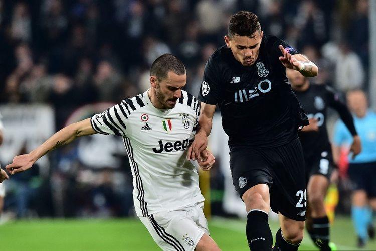 Penyerang Porto dari Brasil Tiquinho Soarez (kanan) bersaing dengan bek Juventus dari Italia Leonardo Bonucci selama pertandingan sepak bola Liga Champions UEFA Juventus vs FC Porto pada 14 Maret 2017 di stadion Juventus di Turin.