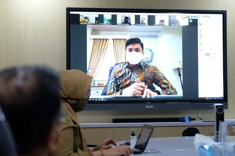 Adnan Purichta Ichsan Yasin Limpo, bupati Gowa, Sulawesi Selatan tengah menggelar rapat melalui video conference ditengah pandemi Covid-19. Senin, (20/4/2020)