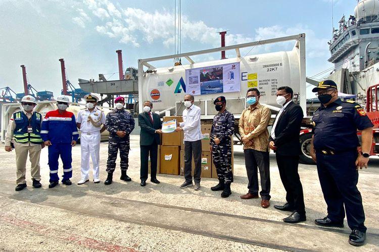 Indonesia menerima bantuan dari Pemerintah India berupa 300 konsentrator oksigen dan 100 metrik ton medis cair guna menangani pasien Covid-19 di Tanah Air.
