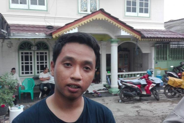 Kgs Hidayat (24) adik kandung dari Sofyan ketika berada dikediaman korban di Jalan Jenderal Sudirman Gang Pelita, Kelurahan Ario Kemuning, Kecamatan Kemuning, Palembang, Sumatera Selatan, Senin ( 12/11/2018).