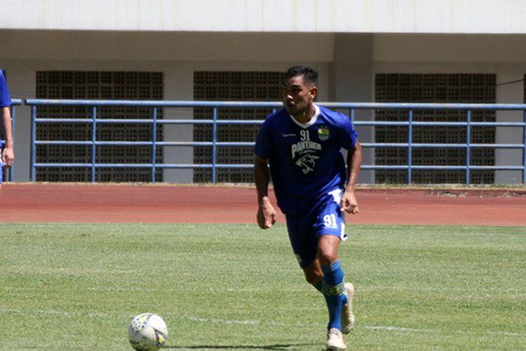 Omid Nazari berlatih bersama Persib Bandung di Stadion GBLA, Kota Bandung, Rabu (21/8/2019). (KOMPAS.com/SEPTIAN NUGRAHA)