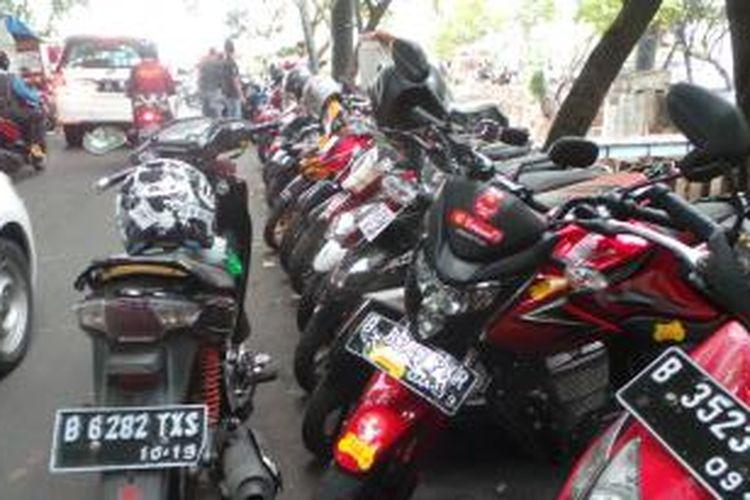 Lokasi parkir liar di sekitar Grand Indonesia, Jakarta Pusat. Selasa (25/11/2014).