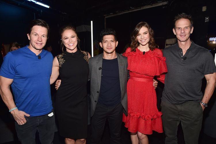 (Dari kiri) Mark Wahlberg, Ronda Rousey, Iko Uwais, Lauren Cohan and sutradara Peter Berg berpose di CinemaCon 2018  yang digelar di The Colosseum di Caesars Palace, Las Vegas, Selasa (24/4/2018).