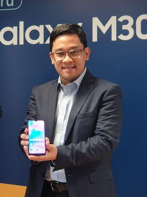 Head of IM Product Marketing Samsung Indonesia Denny Galant saat memperkenalkan Galaxy M30 dalam acara di Jakarta, Kamis (25/7/2019).