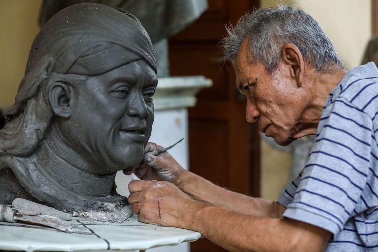 Pematung, Azmir Azhari (67) membuat maket patung didi kempot di halaman depan rumahnya di Kawasan Kebun Jeruk, Jakarta Barat, Jumat (10/7/2020). Karya seni patung Azmir Azhari sudah tersebar di sejumlah negara seperti China, Hongkong, Jepang, Singapura dan bangsa lainnya.