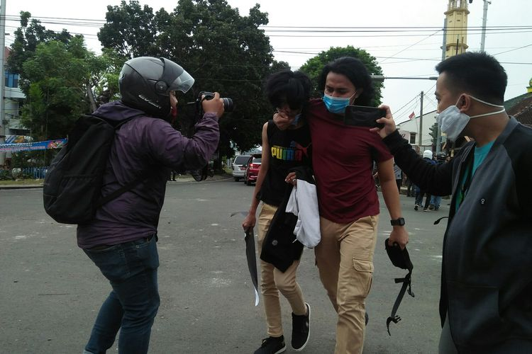 Salah satu warga yang terjaring oleh aparat kepolisian di seputaran Gedung DPRD Lampung, Kamis (8/10/2020).