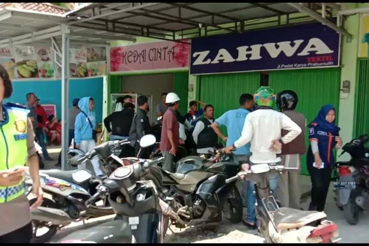 Warga dan polisi mendatangi Toko Tekstil Zahwa di Jalan Padat Karya Kecamatan Prabumulih Timur Prabumulih setelah terjadi persitiwa perampokan dan penyekapan terhadap penjaga toko dan seorang bayi anak pemilik toko pada Kamis (20/2/2020) pagi.