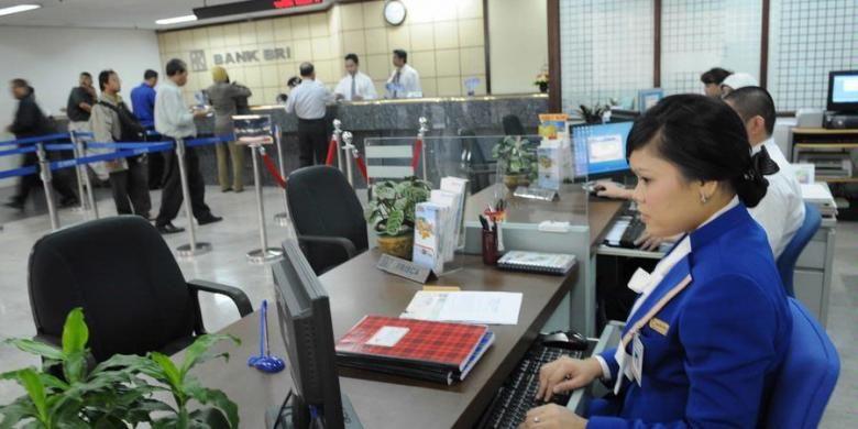 Ilustrasi: Kesibukan di salah satu kantor Bank BRI.