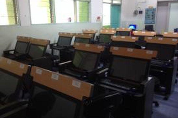 Sebanyak 40 unit komputer di dalam satu ruang kelas disediakan pihak SMA Negeri 78, Jakarta Barat, untuk melaksanakan Ujian Nasional (UN) Computer Based Test (CBT), besok. Foto diambil pada Minggu (12/4/2015).