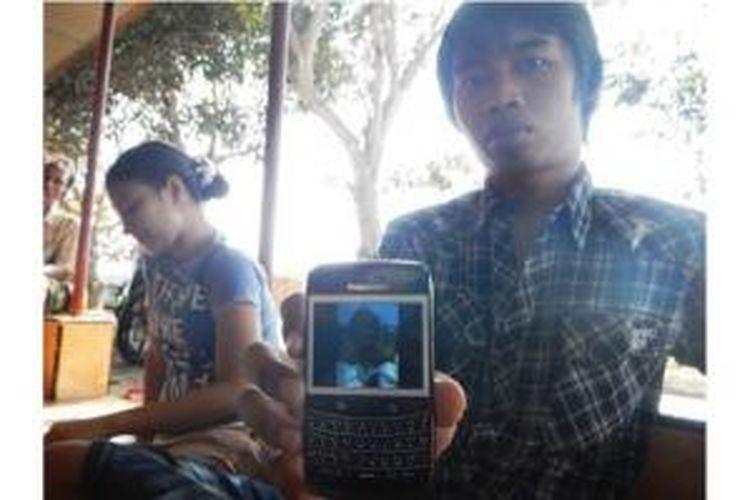 Pasangan Yuda Winarno dan Sikajayanti menunjukkan foto Rahmah dan Nurul sebelum dioperasi.